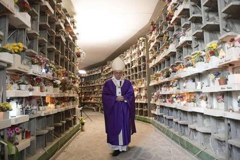 Roma, fedeli intrappolati nel cimitero dopo la messa del Papa